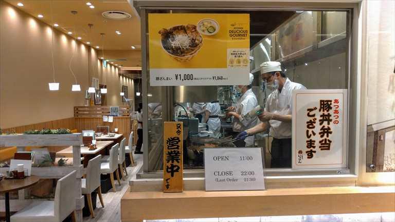 豚丼いっぴんの調理風景