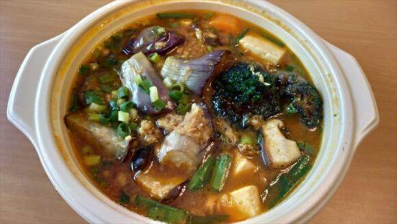 トムトムキキルの茄子ニラキーマ豆腐のスープカレー