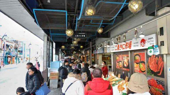 二条市場を観光する外国人