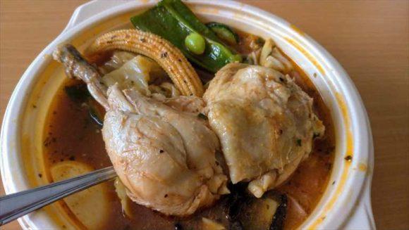 「とり野菜のスープカレー」のチキン