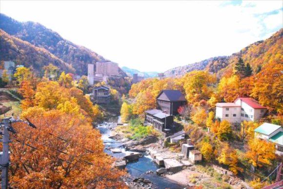 紅葉の定山渓温泉街