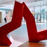 札幌駅南口東コンコース待ち合わせスポット定番「赤いオブジェ」(Legs-旅人の残像)
