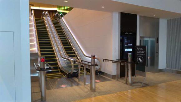 新千歳空港国際線ロイヤルラウンジへのエスカレーター