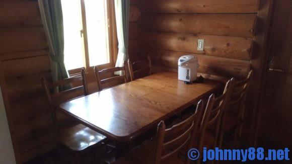 オートリゾート苫小牧アルテンのログハウス6人用食卓テーブル