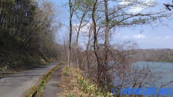 ポロト湖沿いの道