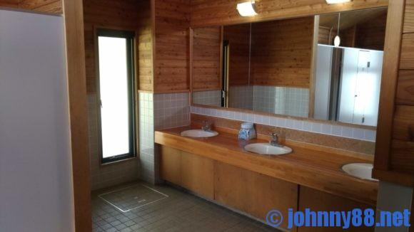 鶴沼公園キャンプ場サニタリーハウス内トイレ