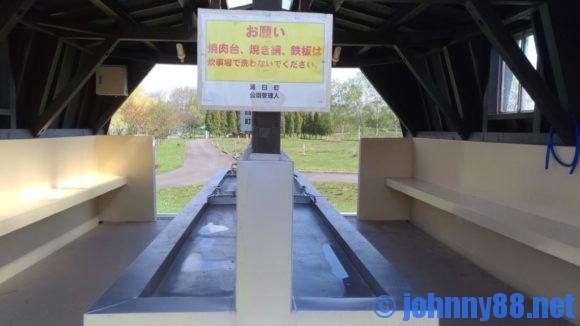 鶴沼公園キャンプ場カーサイト炊事棟