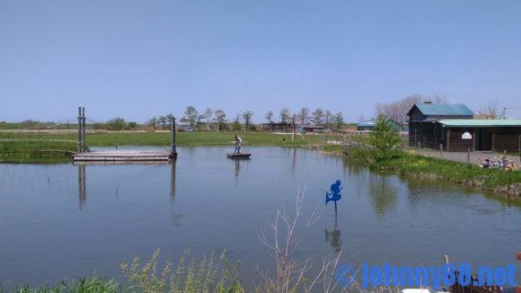 アースドリーム角山農場の池を渡っている人