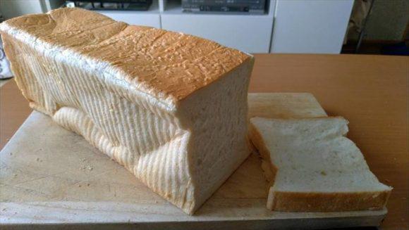 おかめやの食パンをカット