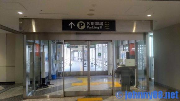 新千歳空港駐車場への通路