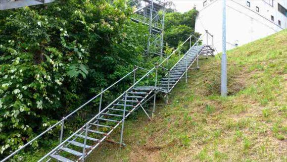 大倉山展望台行きリフト横の階段