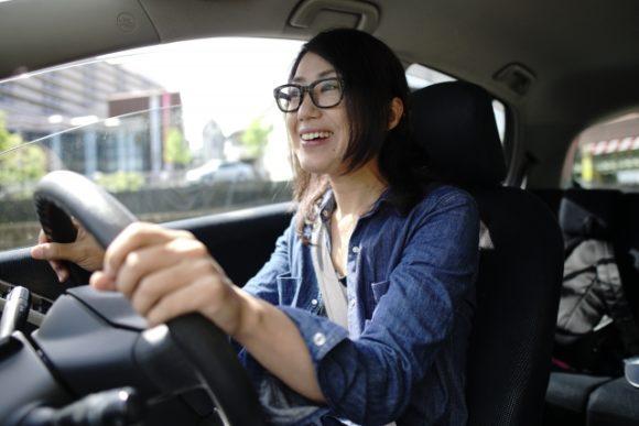函館市内をドライブ中の女性