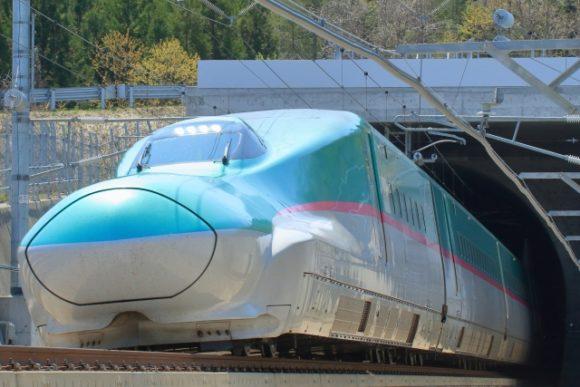 トンネルを出た北海道新幹線(E5系)