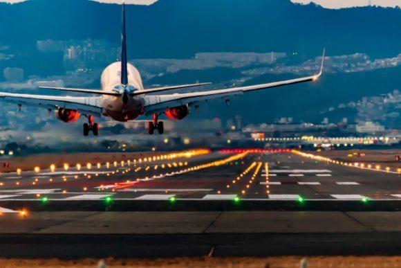 函館空港に着陸する飛行機
