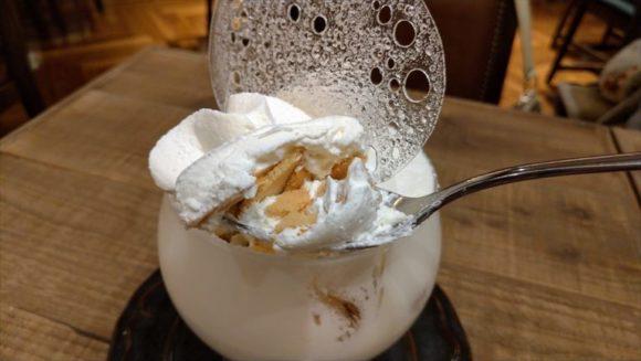 イシヤカフェの白いパフェ