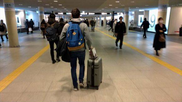 札幌駅前通り地下歩行空間を歩く旅行者