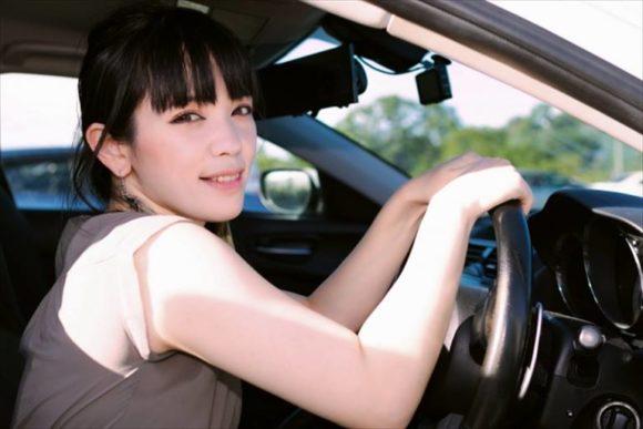 ドライブレコーダー付きの車を運転する女性