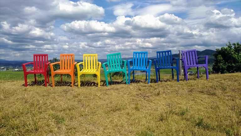 上野ファームの虹色の椅子