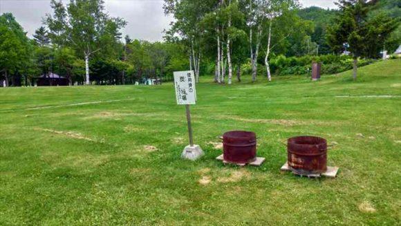 かなやま湖畔キャンプ場の炭捨て場