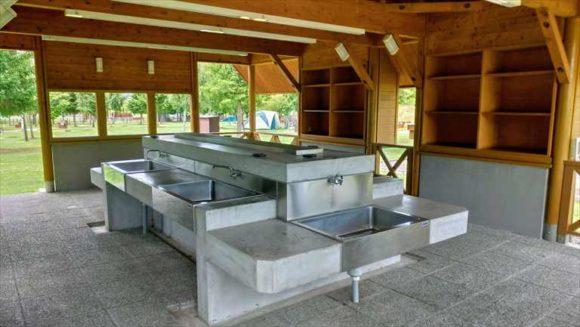 日の出公園オートキャンプ場(上富良野)個別サイト(オートキャンプ)の炊事棟