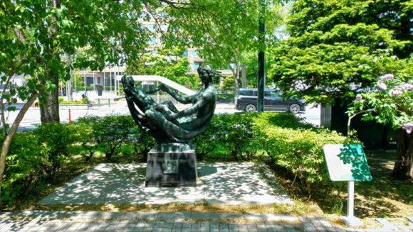 大通公園2丁目の花の母子像