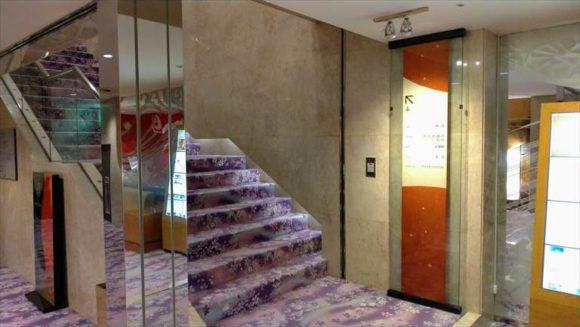 すすきの天然温泉「湯香郷」4階への階段