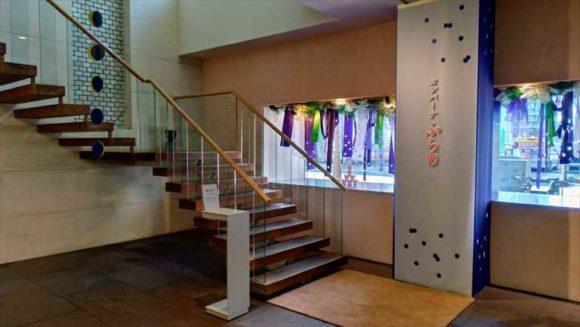 六花亭帯広本店の2階に通じる階段