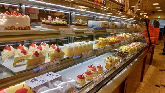 柳月スイートピア・ガーデン店の生菓子コーナー