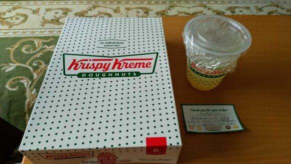 フードデリバリーサービスで注文したクリスピークリームドーナツ