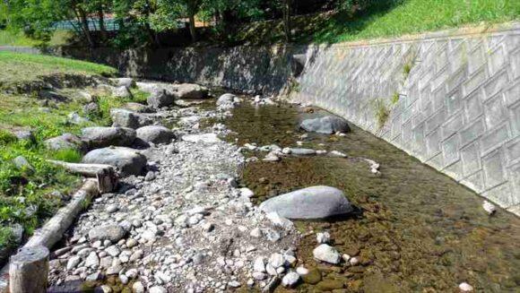 厚田キャンプ場内を流れる牧佐内(ぼくさない)川