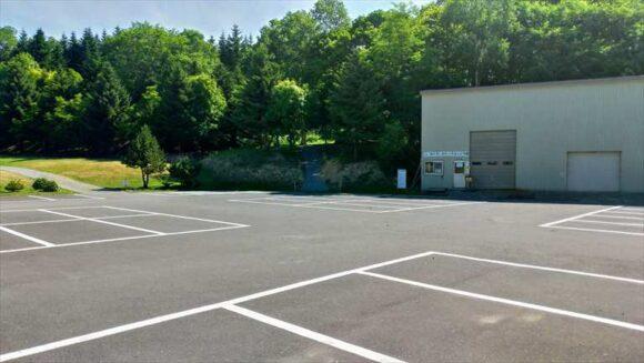 厚田キャンプ場管理棟前の駐車場
