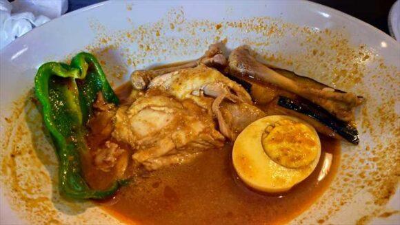 曉(札幌スープカレー)の「チキンレッグ」
