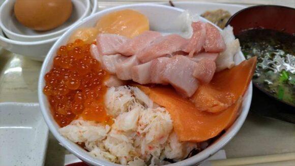 魚や がんねん(二条市場)おすすめ海鮮丼「6色丼」