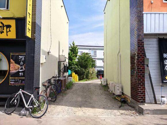 欧風カリードモンの駐車場入口