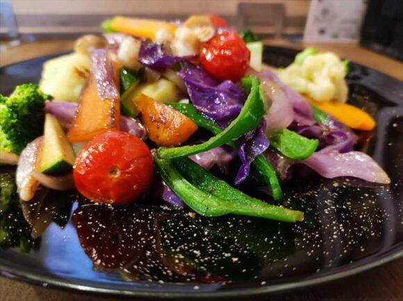 ニシジンカレー(札幌東区)おすすめ「真空瞬間蒸し彩り温野菜のサラダ」