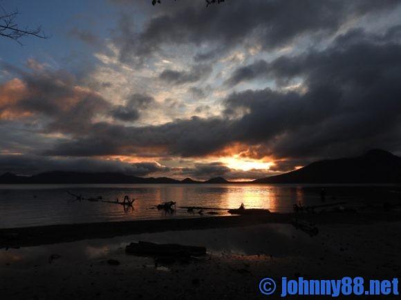 支笏湖に沈む夕陽