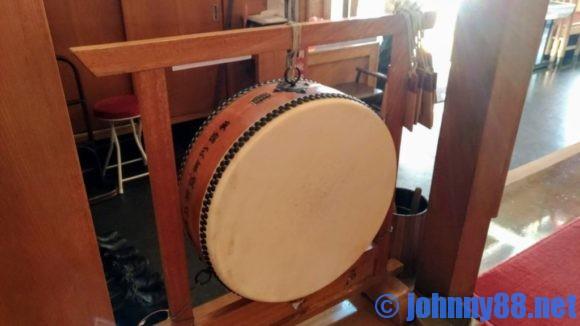 牛屋江戸八玄関横の太鼓