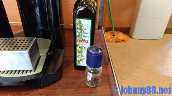 サイゼリヤの無料で使えるコショウ&オリーブオイル