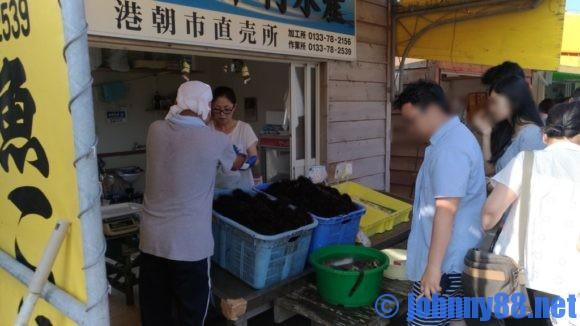 厚田漁港朝市(石狩)でウニを買うために並ぶ人たち