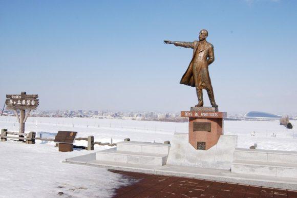 雪原にたたずむクラーク像